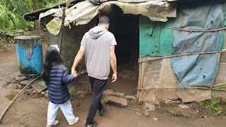 Akshay Kumar With His Daughter Going To Eat Gur-roti.