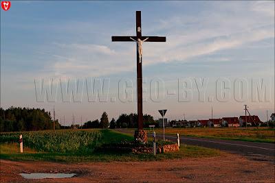 Католический крест у въезда в Огородники по трассе Н9753