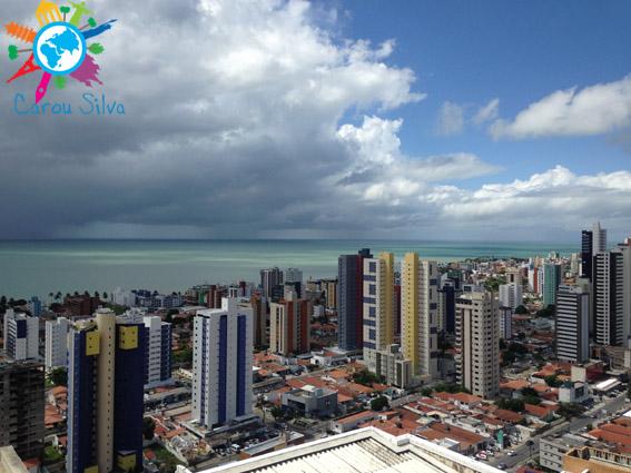 O mar de João Pessoa em um dia nublado...