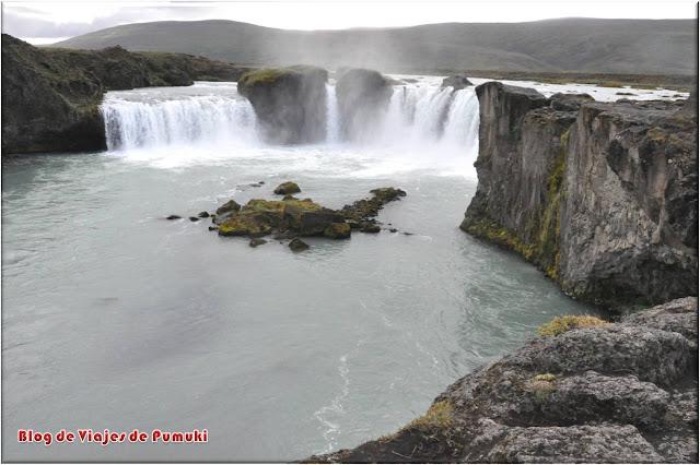 La cascada Godafoss es también conocida como la Cascada de los Dioses. Blog de viajes a Islandia