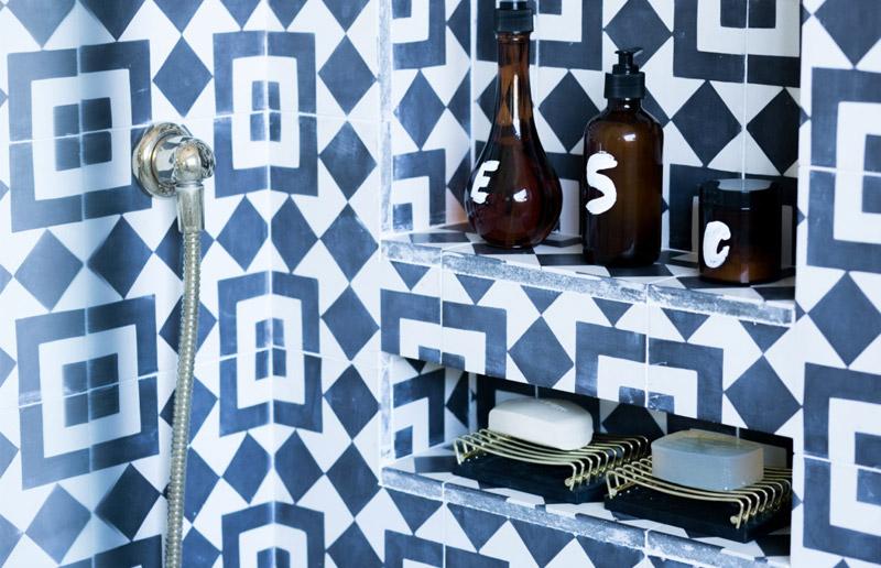 Um banheiro todo em preto e branco para perder o medo! | Casa&Cozinha