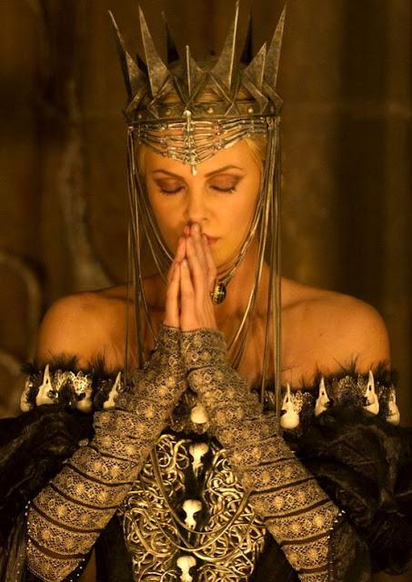 Branca de Neve e o Caçador, Ravenna (Sharlize Theron) com sua coroa de pontas