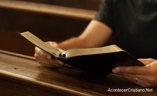 Leyendo la Biblia en escuela