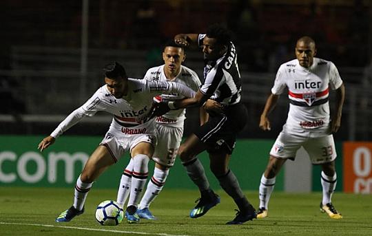 Ainda invicto, São Paulo faz 3 a 2 no Botafogo e se torna líder do Brasileirão.