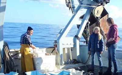 Pescaturismo Mallorca Los turistas charlan con los pecadores durante la excursión