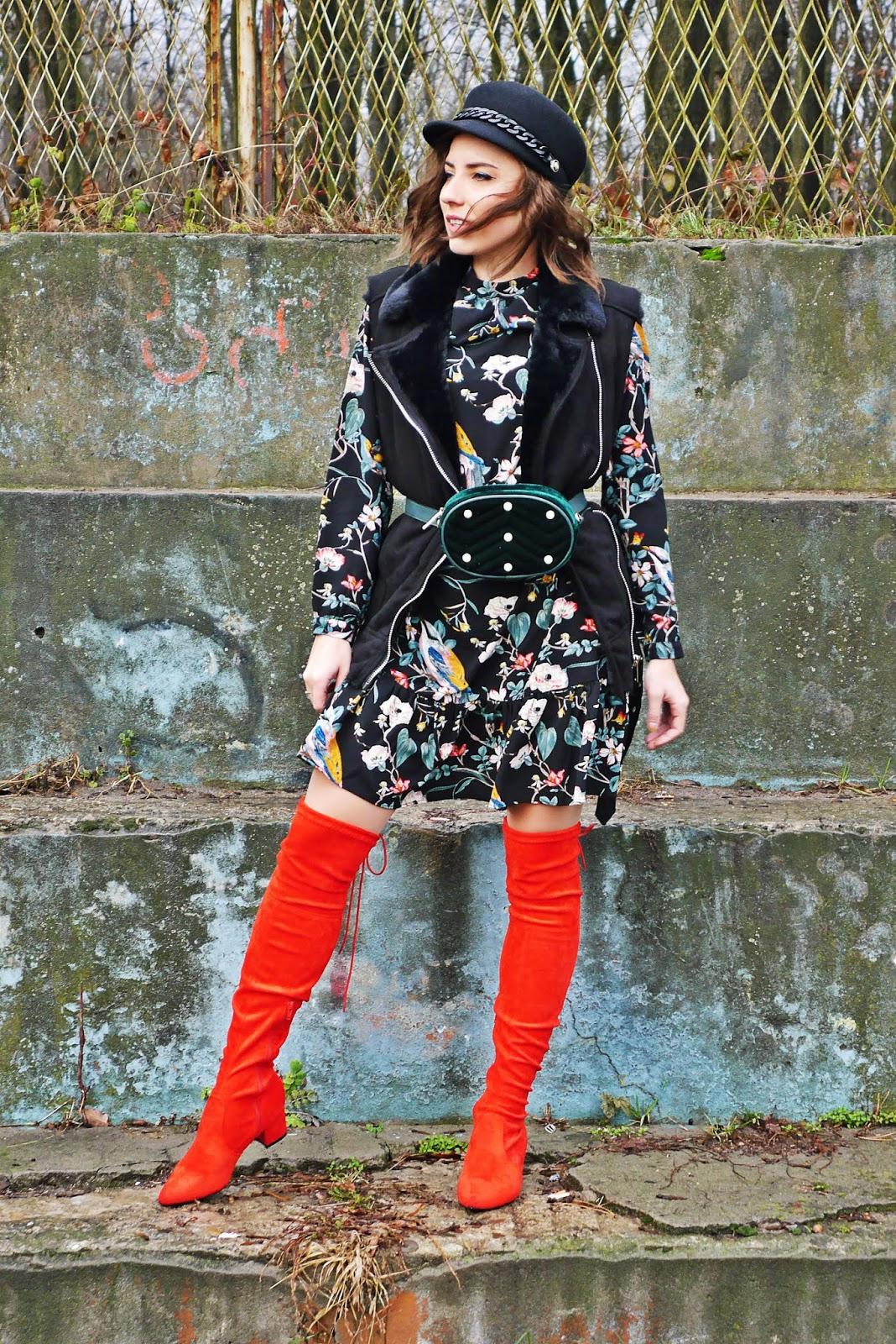 Sukienka w kwiaty bonprix czerwone kozaki za kolano renee włochata kamizelka karyn blog modowy blogerka modowa modowe stylizacje ciekawy
