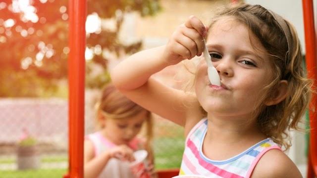 Βλέπεις το παιδί σου να παχαίνει; Να πώς θα του πεις ότι τρώει παραπάνω απ' όσο πρέπει