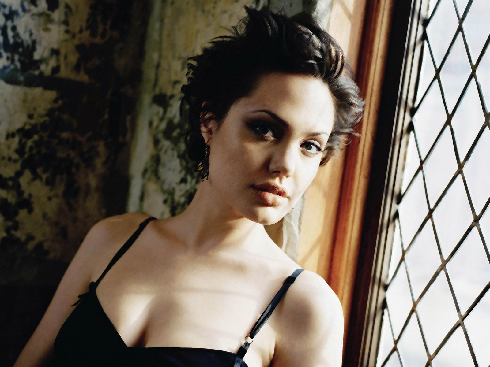 Angelina Jolie Hair Styles: Celebrity Hairstyle: Angelina Jolie Short Hairstyles