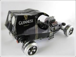 auto o carro hecho con latas de cerveza recicladas