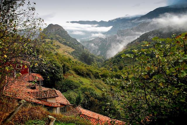Pico del Castiellu en Proacina (Proaza) y las sierras de las estribaciones del Aramo. Asturias.