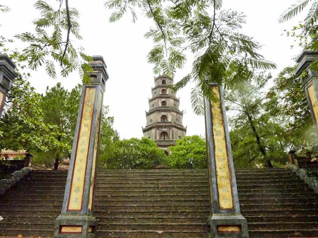 Acceso a la Interior de la Pagoda de Thien Mu, Hué, Vietnam