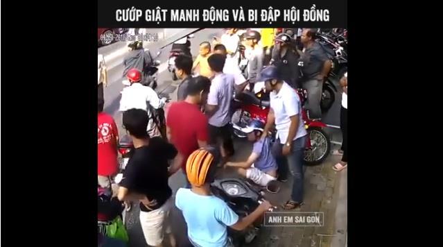 Clip 2 thanh niên cướp giữa ban ngày, bị hơn chục người vây đánh hội đồng