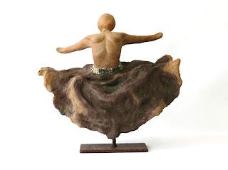 Escultura de una mujer bailando con falda
