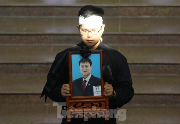 Lời nhắn nhủ đẫm nước mắt của anh trai Thứ trưởng giáo dục Lê Hải An