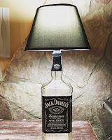 lampara con una botella de jack daniels reciclada