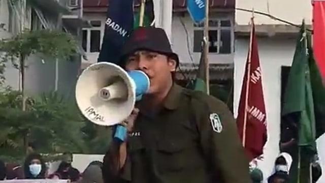 Viral Mahasiswa Demo Nyanyi 'Aparat Keparat' Depan Polisi, Langsung Diciduk