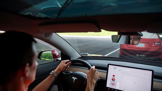 Los vehículos Tesla permitirán ver videos de YouTube y Netflix