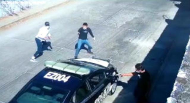 Video.- Hasta su patrulla 3 Sicarios ejecutan a policía mientras estaba estacionado también le roban su arma de cargo