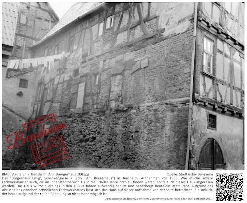 """BIAB_Stadtarchiv_Bensheim_Am_Buergerhaus_001.jpg; Quelle: Stadtarchiv Bensheim; zusammengestellt: Frank-Egon Stoll-Berberich 2021;  Das """"Bürgerhaus Emig"""", Schlinkengasse 7 (Ecke """"Am Bürgerhaus"""") in Bensheim, Aufnahme von 1965. Wie etliche andere Fachwerkhäuser auch, die im Innenstadtbereich bis in die 1960er Jahre noch zu finden waren, sollte auch dieses Haus abgerissen werden. Das Haus wurde allerdings in den 1980er Jahren aufwendig saniert und beherbergt heute ein Restaurant. Aufgrund des Abrisses des daneben befindlichen Fachwerkhauses lässt sich das Haus auf dieser Aufnahme von der Seite betrachten. Ein Anblick, der heute aufgrund der neuen Bebauung so nicht mehr möglich ist."""