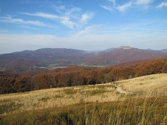 Za nami widać rozległą dolinę w której leżą Ustrzyki Górne.
