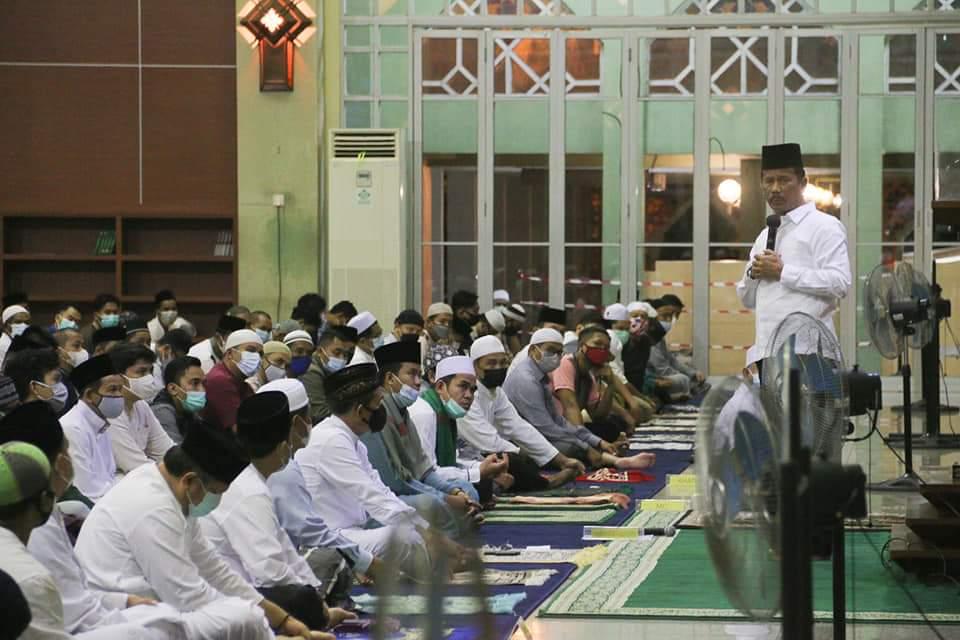 Salat Tarawih Berjamaah di Masjid Agung Batam, Rudi Pesan Jamaah Terapkan Protokol Kesehatan