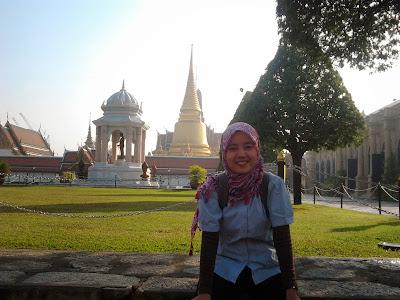 "<a href=""url gambar""><img alt=""traveling grand palace bangkok thailand"" src=""urlgambar"" title=""travelling grand palace bangkok thailand"" />"