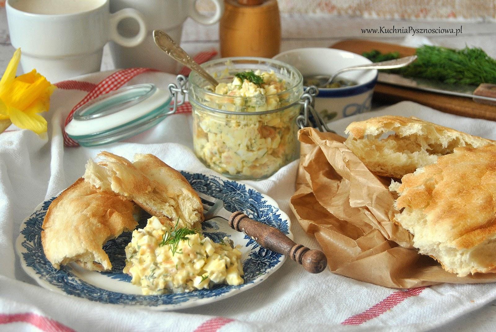 589. Pasta jajeczna z łososiem i kaparami