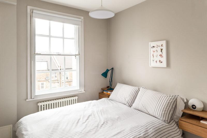 Dormitorio pequeño pintado de beige