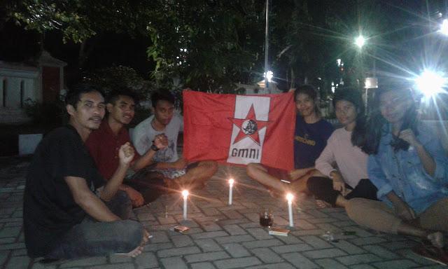"Malang - Gerakan Mahasiswa Nasional Indonesia (GmnI) DPK UNIDHA Cabang Malang menggelar peringatan 50 tahun wafatnya Presiden Soekarno pada Minggu(21/6),Kegiatan tersebut di adakan lingkuangan kampus unidha malang jln sentani no 99, sekaligus merefleksikan perjuangan bungkarno yang memerdekakan Indonesia.  Ketua Komisariat Agustinus Ege Ate mengatakan peringatan wafatnya Bung Karno perlu dilakukan demi menghargai jasa pahlawan atau jasmera ""jangan sekali kali melupakan sejarah "". Menurutnya, peringatan wafat atau lahirnya Bung Karno masih diperingati hingga setiap komisariat yang bernaung GmnI cabang Malang dan bahkan seluruah GmnI di indonesia.  Ini dalam rangka Juni sebagai bulan Bung Karno. Juni ini penting artinya bukan cuma bagi kalangan Sukarnois. Jasa dan amal shaleh beliau pada bangsa besar, setiap sudut negara selalu rayakan hari lahir dan wafat beliau,"" katanya dalam sambutan pada kegiatan tersebut, paparnya.  Ses trifonia sebagai wakabid sarina tersebut menekankan peran Bung Karno wajib selalu diingat. Salah satu jasanya yaitu melahirkan dasar negara Indonesia berupa Pancasila. ""Bung Karno torehkan tinta emas dalam pembentukan negara dengan tawarkan dasar negara di sidang BPUPKI yaitu Pancasila. Dan diterima seluruh anggota BPUPKI, ujarnya  Anggota komisariat yang hadir dalam kegiatan yang dimulai pukul 18.00 WIB tersebut. Agustinus E ate menilai anggota atau kader yang hadir ingin menghargai jasa-jasa Bung Karno sehingga ingin mendoakan. "" kiranya Tuhan yang maha kuasa Doa kita didengar. Kita doakan Soekarno dapat tempat terbaik di sisi Tuhan yang Maha Esa, diampunkan dosa dan diterima amal ibadahnya dan kita lanjutkan perjuangannya,"" ucapnya yang diaminkan oleh para hadirin.(Novan)"