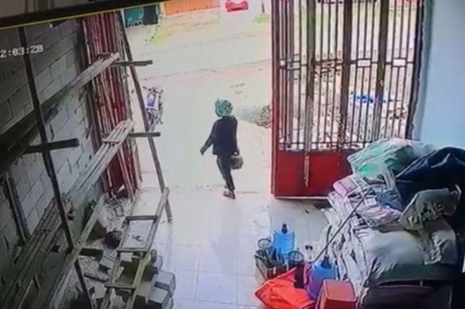 Waduh, Emak-emak di Bone Terekam CCTV Curi Tabung Elpiji
