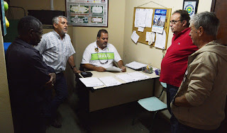 Limpeza e organização: Secretário de Trabalho Marcão (sentado), com o coordenador Eliel Maurat, orienta equipe de fiscalização da Feirinha do Alto