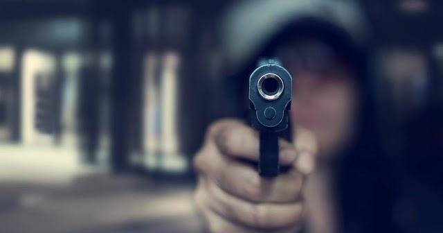 Gáz-riasztófegyverrel fejbe lőttek egy férfit Pécsen