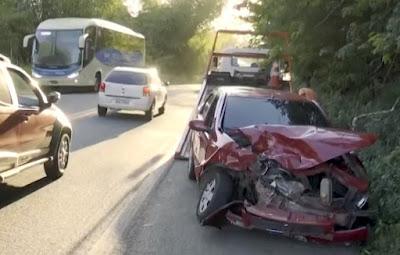 Duas pessoas ficaram feridas após uma batida entre três carros, na tarde desta quarta-feira (16), na BR-415, entre as cidades de Itabuna e Ilhéus, no sul da Bahia.  Segundo informações da Polícia Rodoviária Federal (PRF), o acidente aconteceu por volta das 15h, em uma das curvas, perto da Universidade Estadual De Santa Cruz (Uesc). O órgão acredita que a batida foi causada após a tentativa de ultrapassagem de um dos motoristas.  As vítimas foram socorridas por equipes do Serviço de Atendimento Móvel de Urgência (Samu) e levadas para o Hospital Costa do Cacau. Não há detalhes do estado de saúde deles.  Equipes do Corpo do Bombeiros estiveram no local para retirar o óleo da pista.