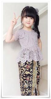 5. Baju kebaya brokat modern warna ungu padu padan dengan rok batik pensil