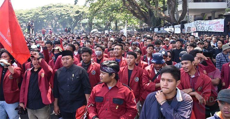 Ribuan Mahasiswa Kembali Kepung Gedung DPRD Kota Malang