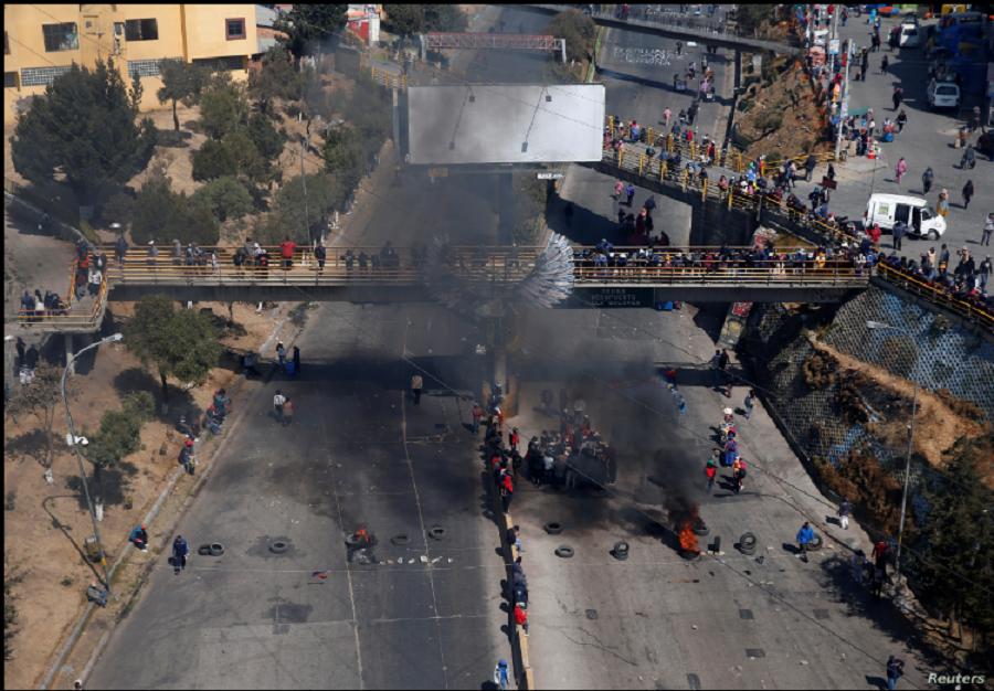 Vista aérea de uno de los bloqueos de carreteras en El Alto,en las afueras de La Paz, el 10 de agosto de 2020 / REUTERS