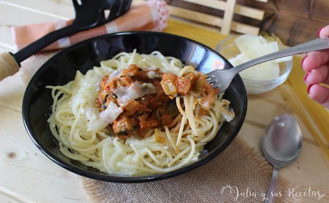 Espaguetis con pisto y queso manchego