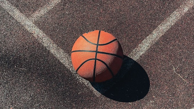Foto Bola de basquete na Quadra