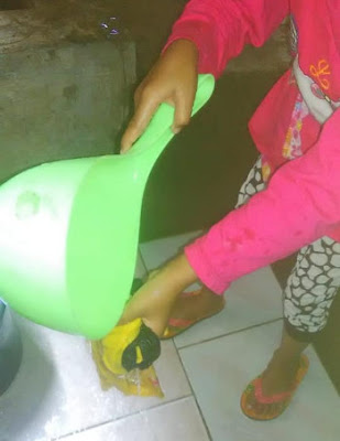 mencuci pakaian dengan air sumur