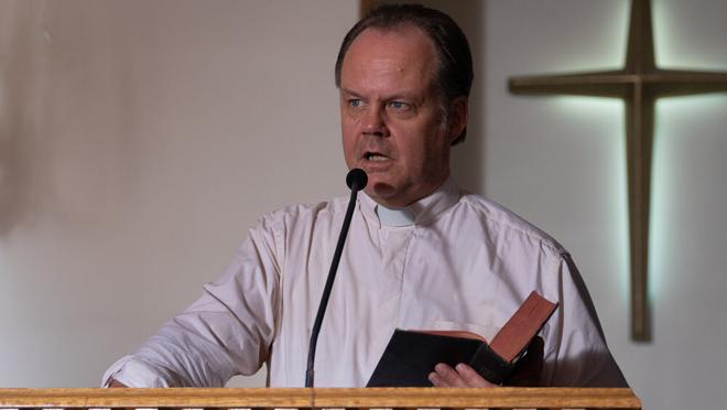 Larry Fessenden dando el sermón