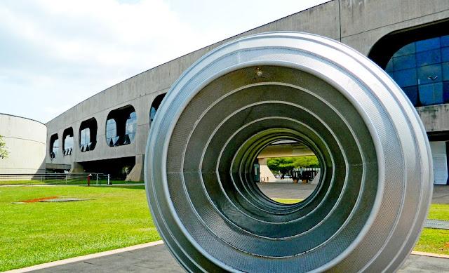 Obras modernistas expostas no jardim do CCBB Brasília