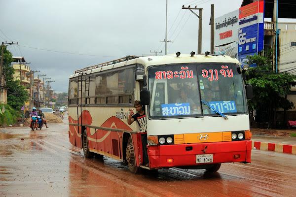 Autobus regular de línea en Pakse