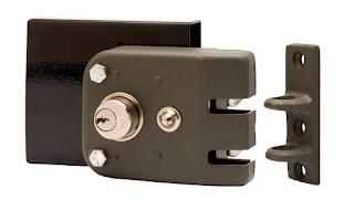 Instalación de cerraduras multipunto de sobreponer Tesa