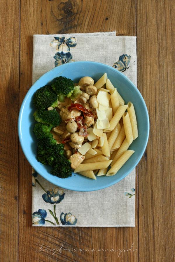 Makaron z kurczakiem, pieczarkami i suszonymi pomidorami