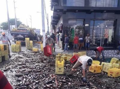 Em Delmiro Gouveia, parte de carga de cerveja  cai de caminhão e fica destruída no centro da cidade
