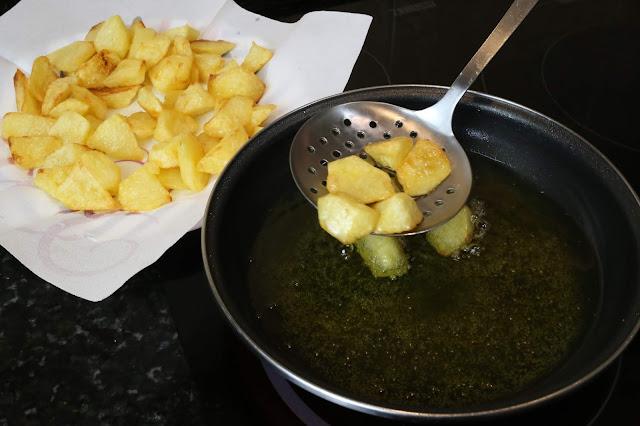 Preparación de patatas bravas