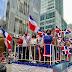 Dominicanos vacunados y con mascarillas, desfilan en la Sexta Avenida de Manhattan