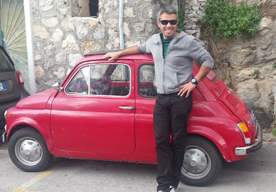 fiat-600-rojo-en-Praiano-italia-escapada-amalfitana