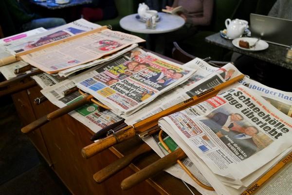 café traditionnel vienne journaux