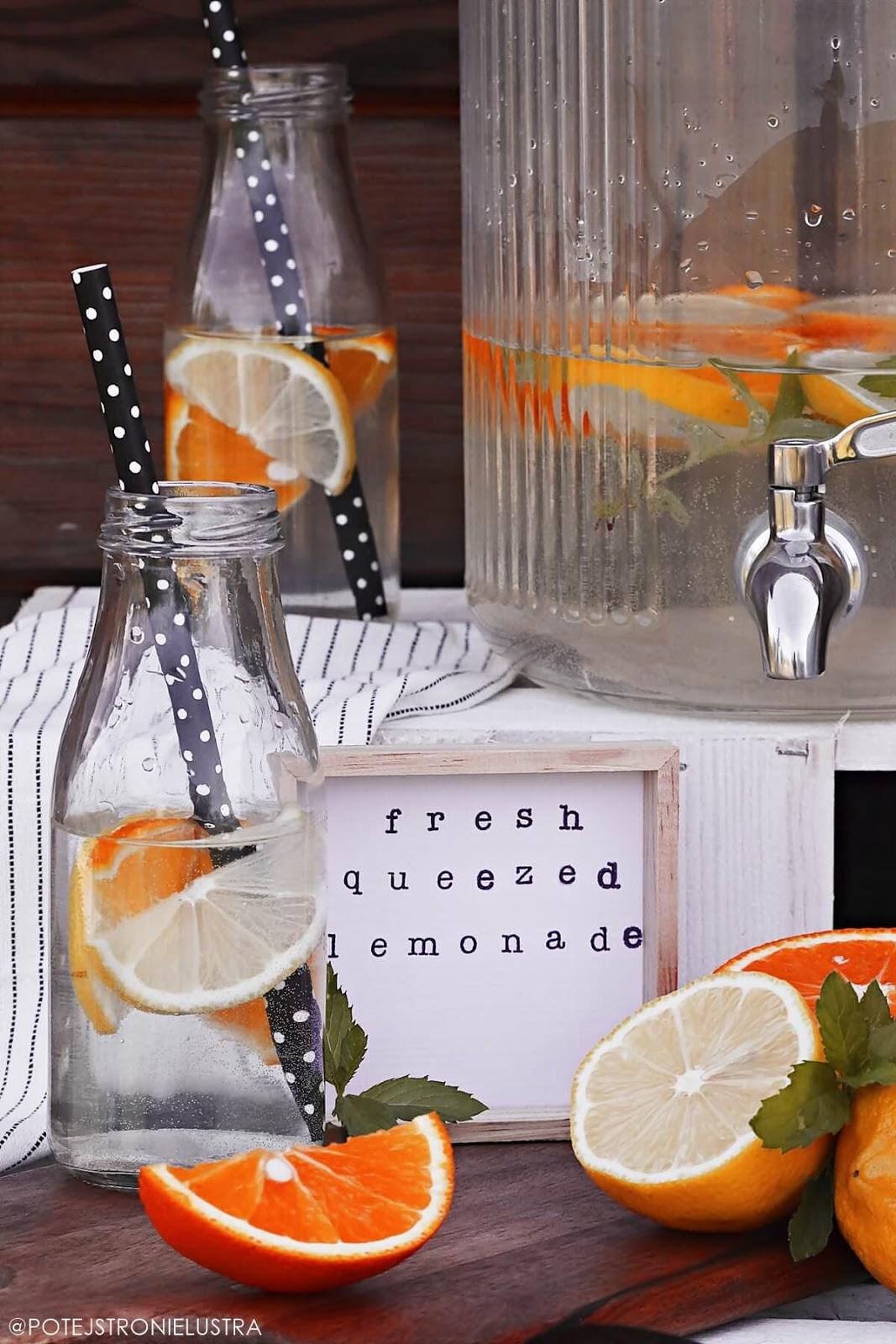 woda z pomarańczą, cytryną i miętą w słoiku z kranikiem i butelkach ze słomkami
